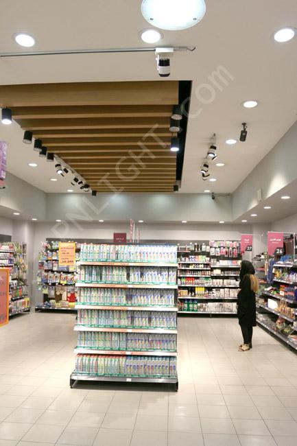 طرح سقف فروشگاه با چوب و چراغ LED